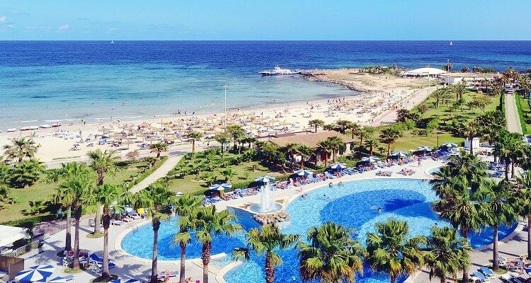 Der Pool und der Strand am Hotel Mediterraneo