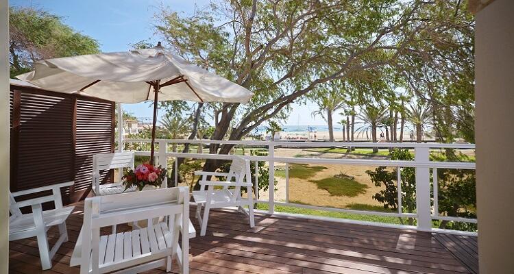 Auf der Terrasse des Hotels lässt sich Ihr Singleurlaub bestens aushalten