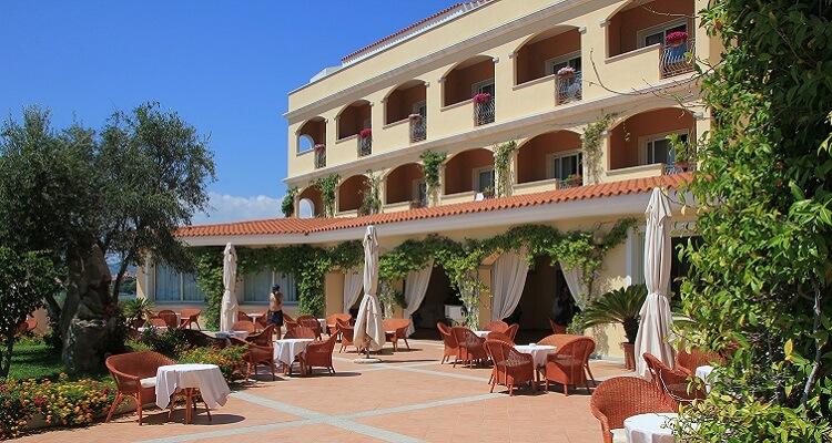 Der Außenbereich des Hotels auf Sardinien