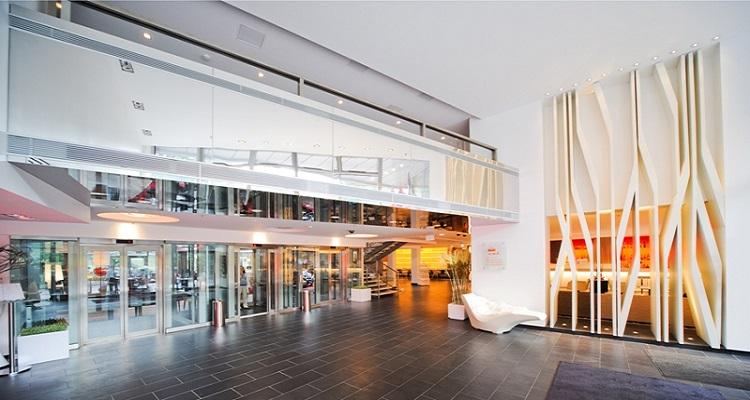 Der Eingangsbereich des Radisson Elizabete Hotels in Lettland