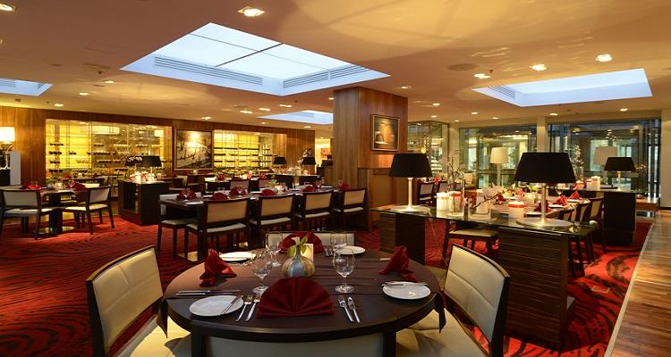Der Speisesaal des Radisson Elizabete in Riga ist sehr modern und schick eingerichtet