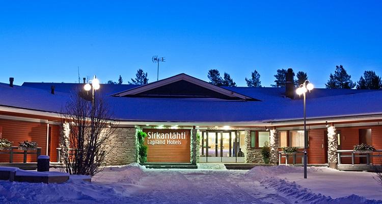 Die Außenansicht des Sirkantahti Hotel in Lappland