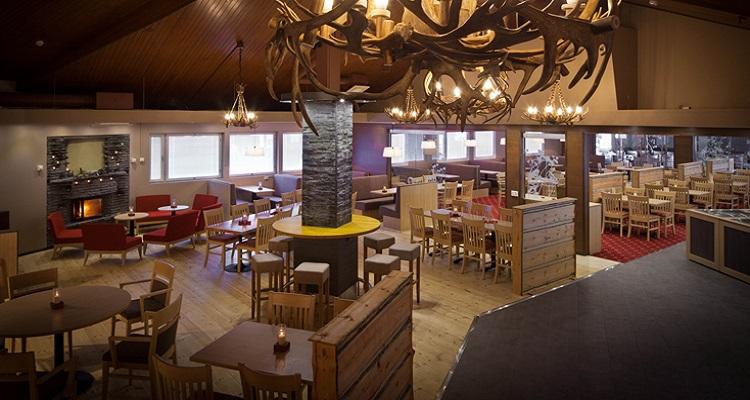 Das Restaurant des Sirkantahti ist im typisch nordischen Stil eingerichtet
