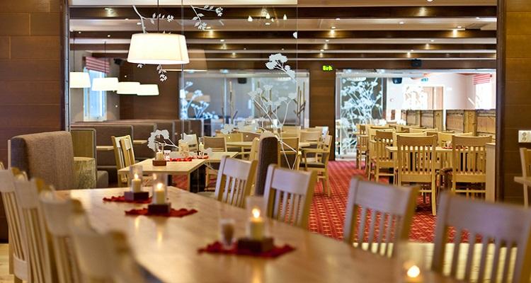 Das Restaurant des Hotels in Lappland ist gemütlich eingerichtet