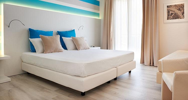 Ein Zimmerbeispiel vom Hotel Marina di Petrolo auf Sizilien