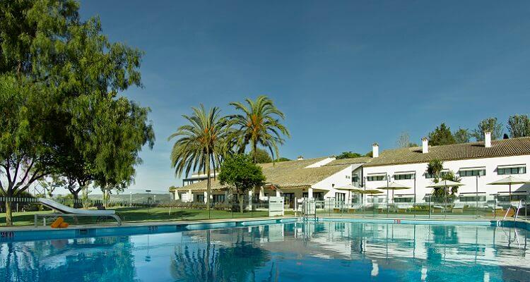 Die große Pool-Anlage des Parador Hotels in Malaga
