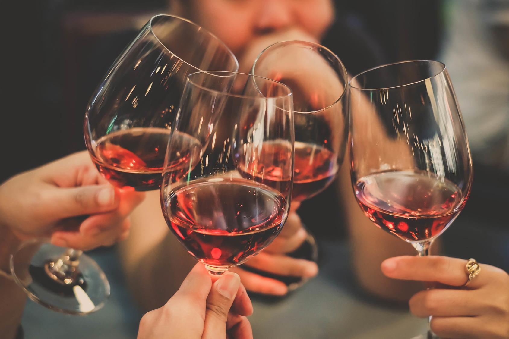 Weinverkostung auf einer Gruppenreise für Singles