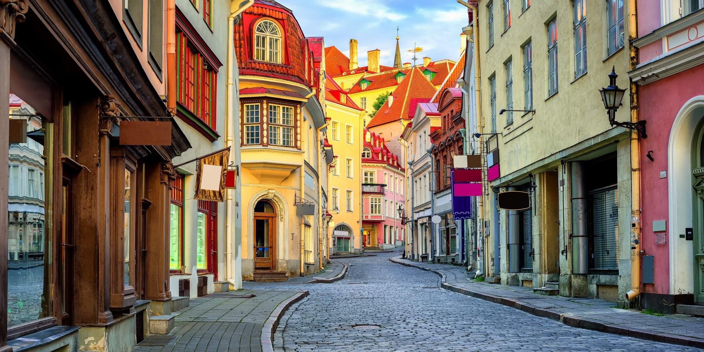 Bunte Straßen in Tallin laden zum Kaffee trinken oder Bummeln ein