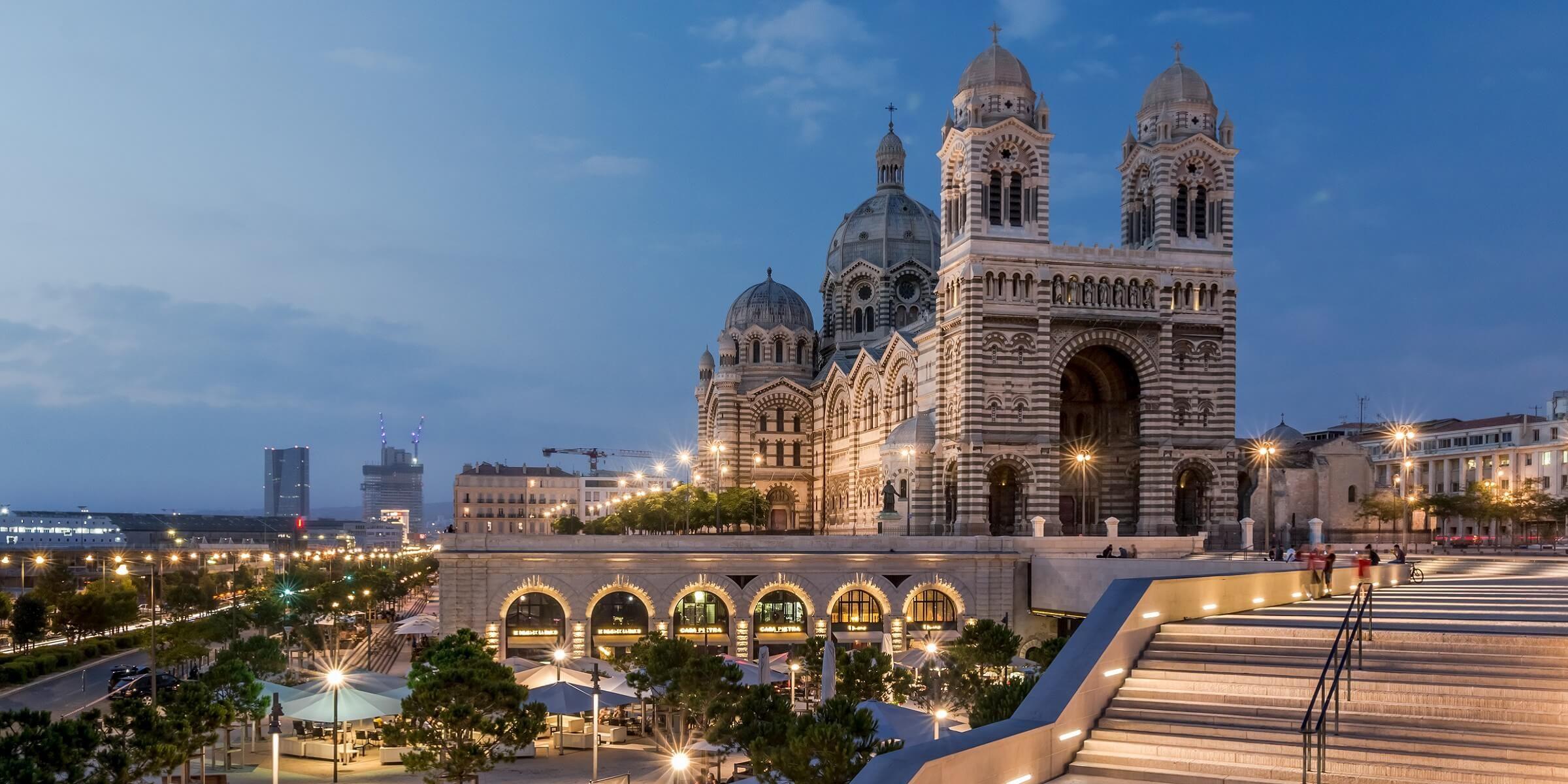 Die Kathedrale von Marseille hat in abendlicher Stimmung eine prächtige Wirkung