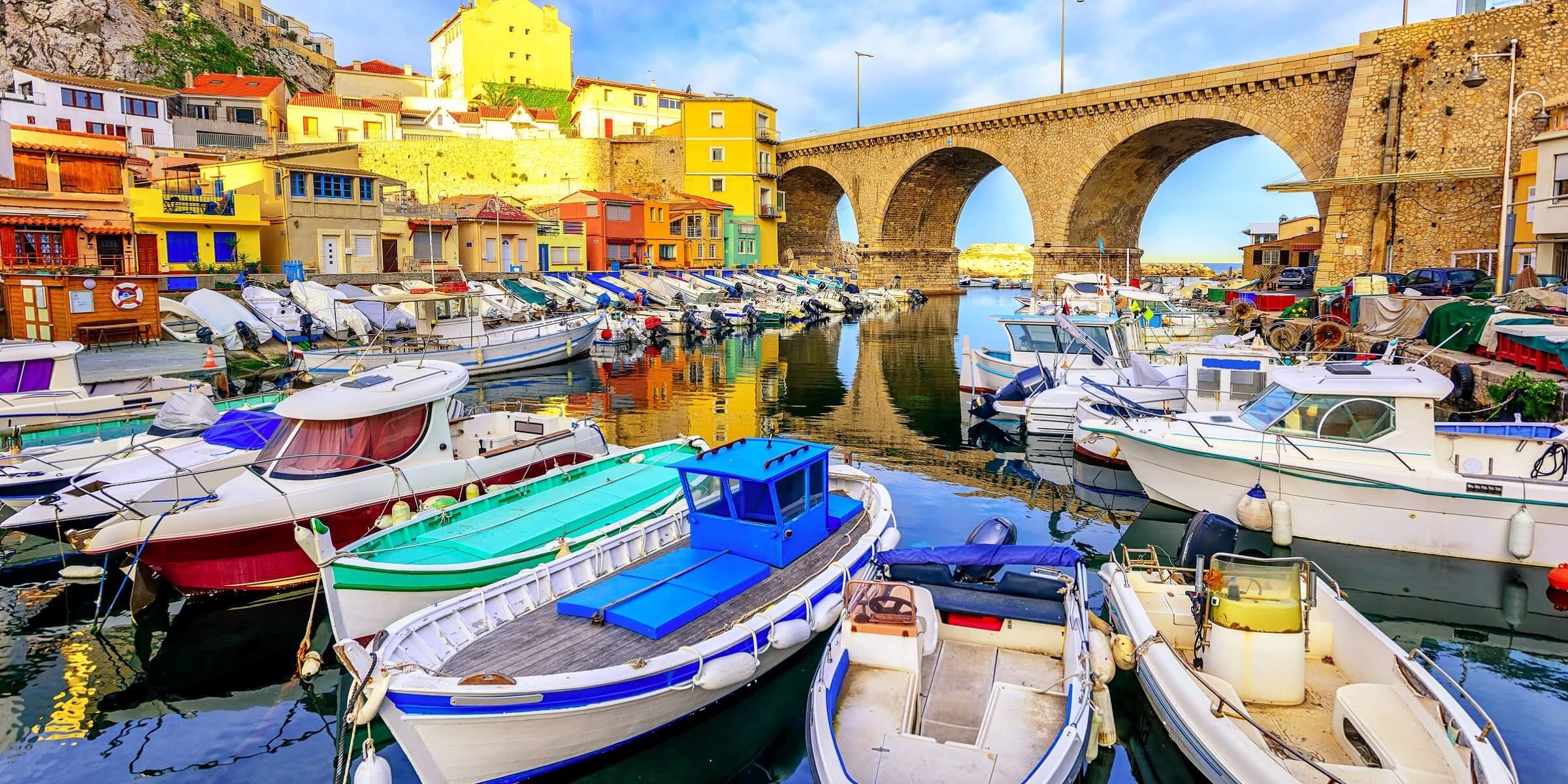 In Marseille werden Sie ganz viele kleine Boote am Hafen sehen