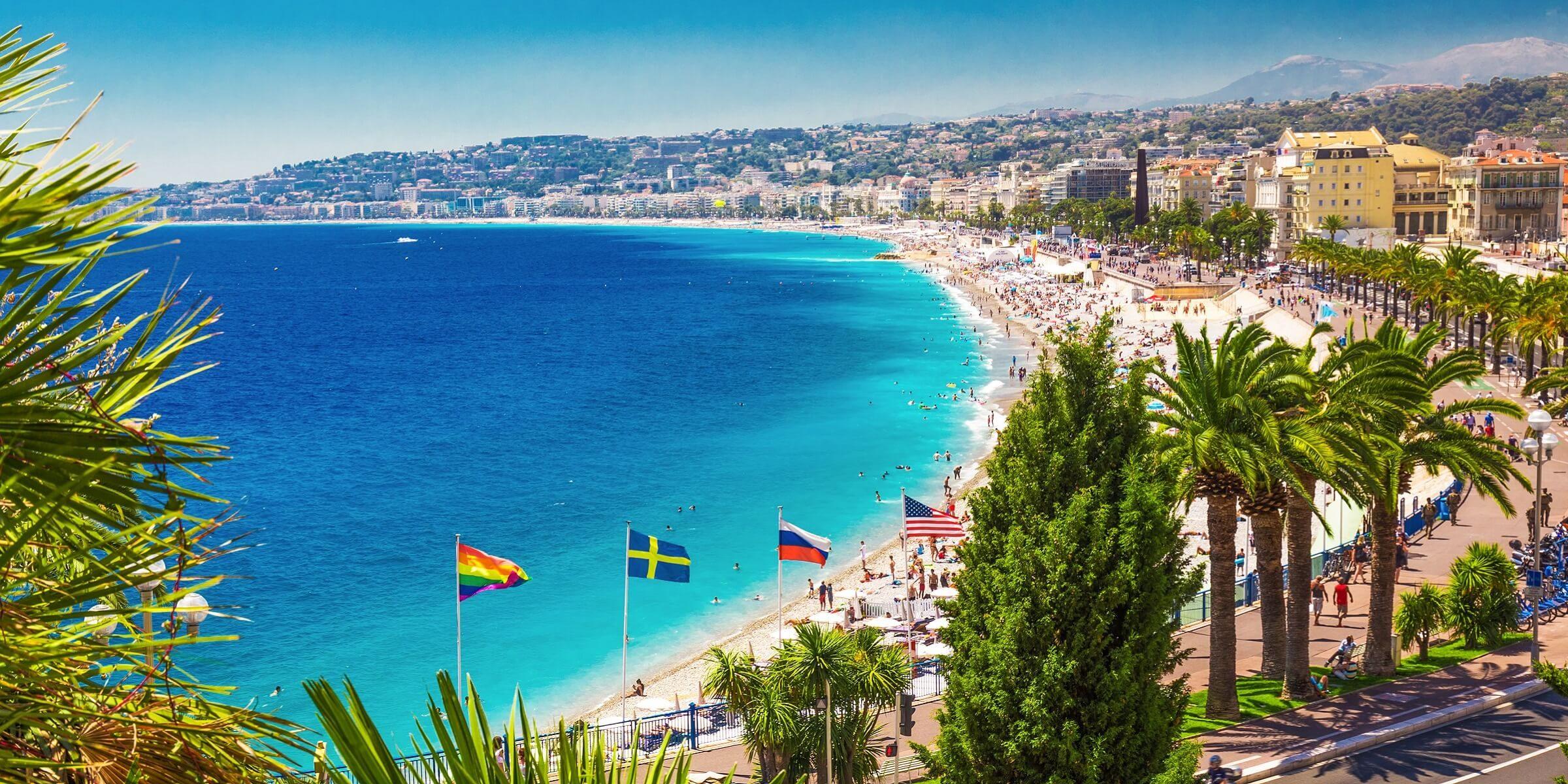 Ein Panoramabild über die Promenade des Anglais in Nizza