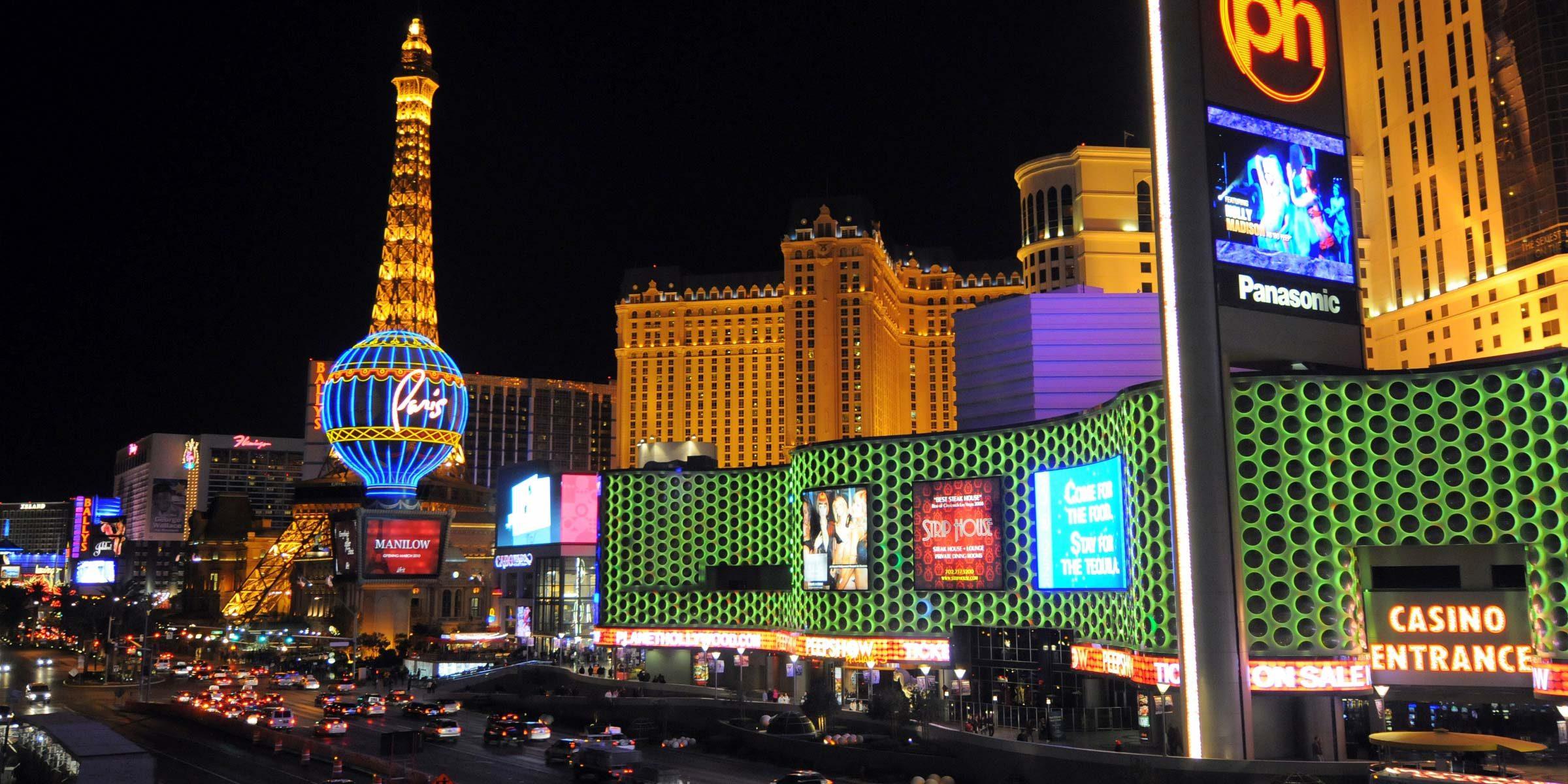 Das Stadtzenturm des Strips in Las Vegas erstrahlt nachts in all möglichen Farben