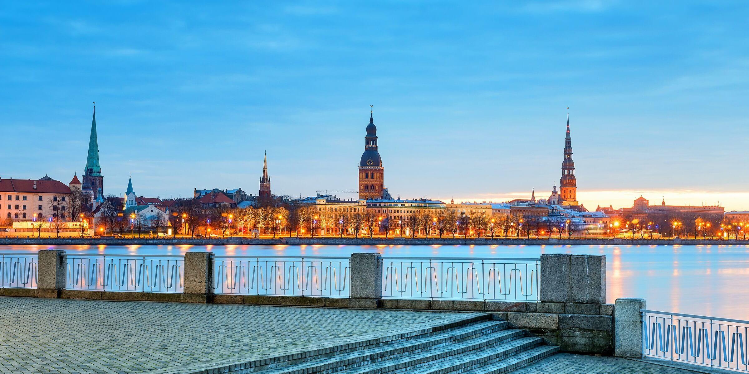 Spazieren Sie durch Riga in abendlicher Dämmerung