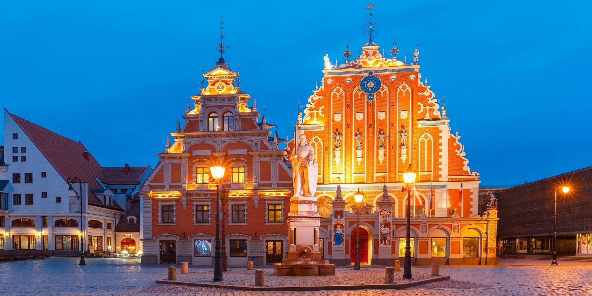 Der Rathausplatz mit Haus der Blackheads in Lettland