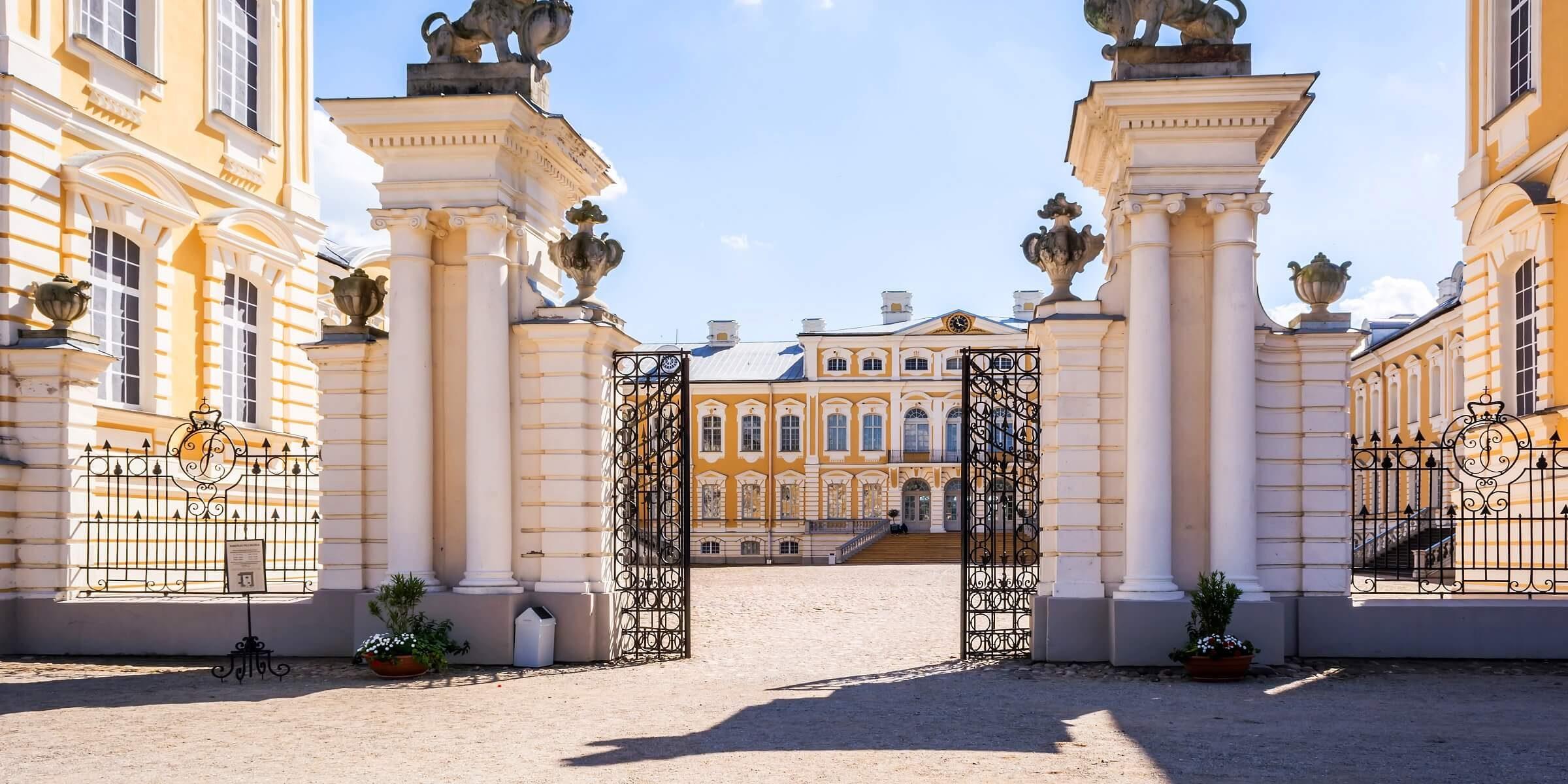 Auf der Singlereise ins Baltikum werden Sie das Schloss Rundake in Lettland besichtigen