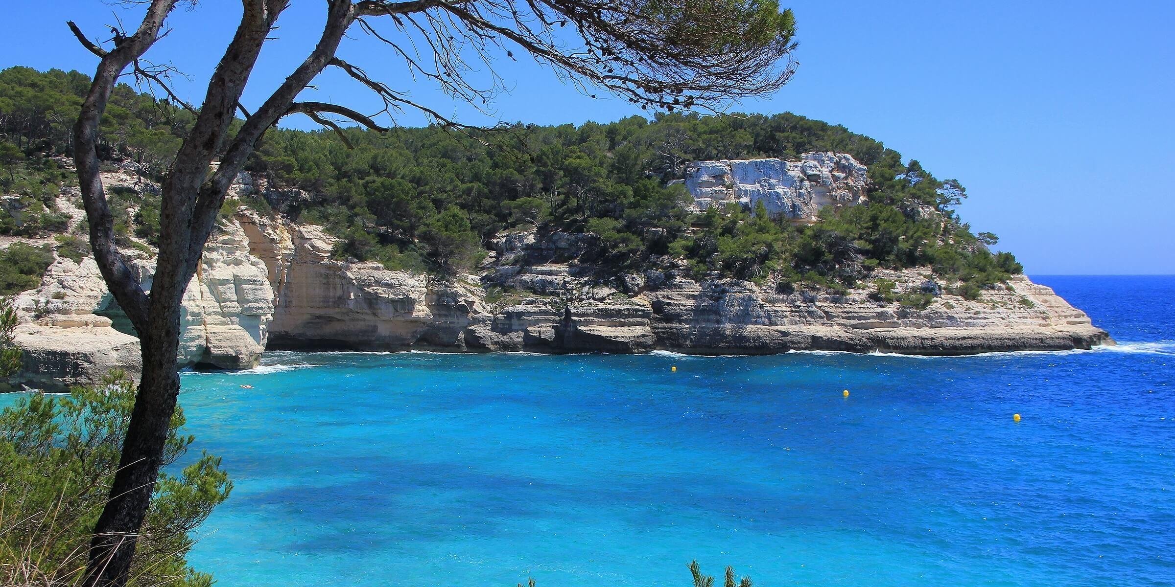 Klares Wasser an den Küstenabschnitten auf Menorca