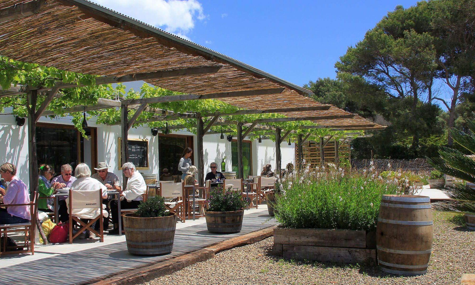 Auf Menorca gibt es viele niedlichen Restaurants, wie dieses