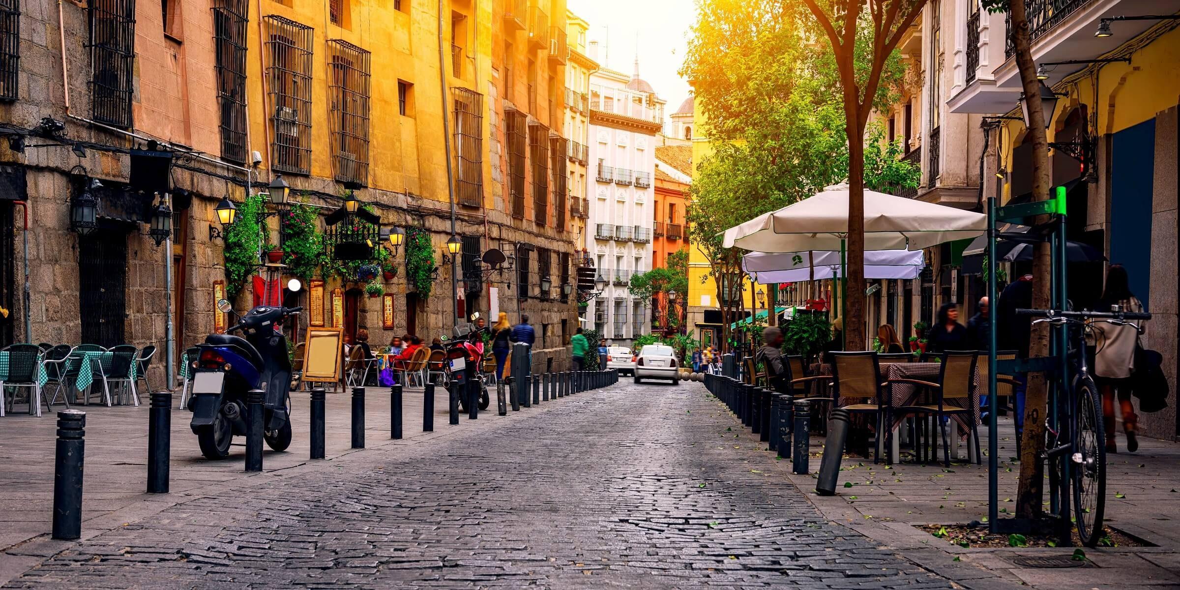 Die kleinen Gassen in Madrid eignen sich perfekt um eine kleine Pause mit einem Kaffee zu machen