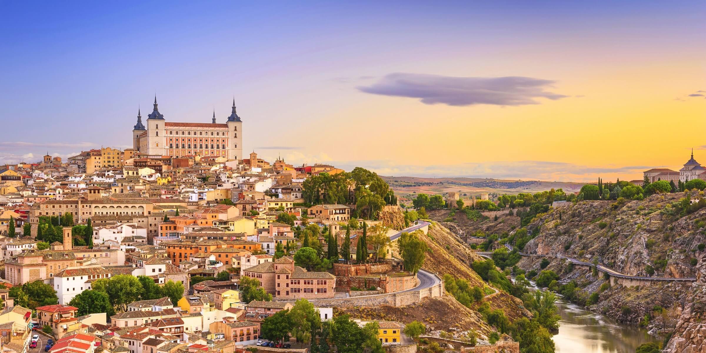 Blick auf die Stadt Toledo in Kastilien über dem Fluss Rio Tajo