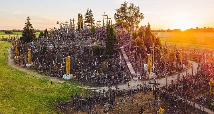 Der berühmte Berg der Kreuze in Lettland