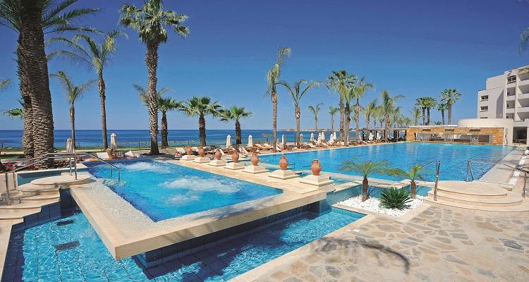 Die Terrasse und die Pool Anlage des Alexander Hotels in Zypern eignet sich super zum Entspannen
