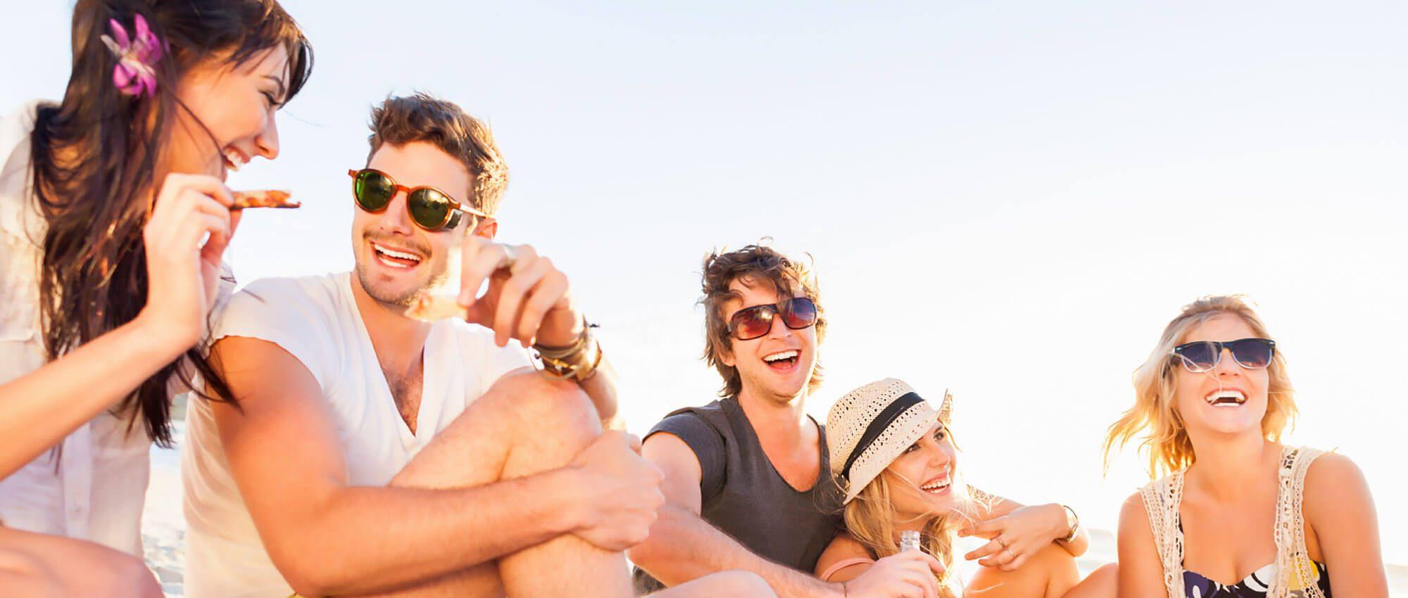 Singles ab 25 machen ein Picknick am Strand