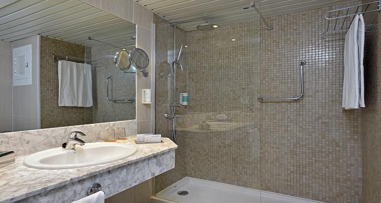 Ihr Badezimmer im Sol Beach Hotel auf Menorca