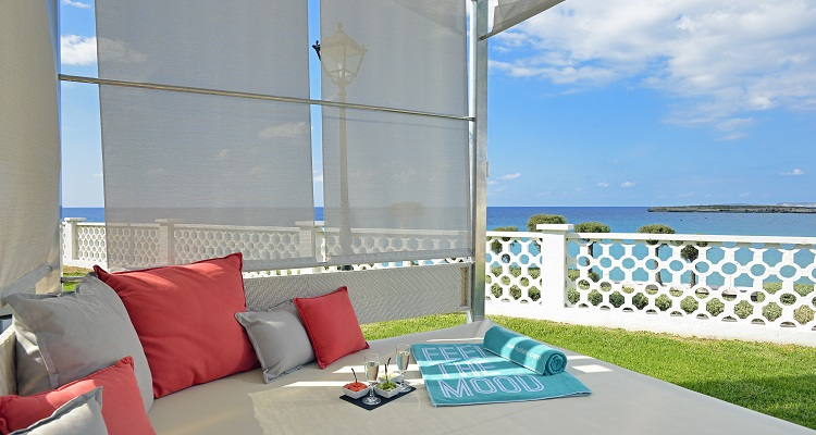 Mit Blickrichtung zum Meer sehen im Sol Beach Hotel große Betten zum Entspannen