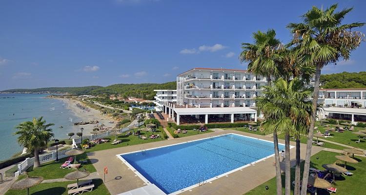 Die Pool Ansicht des Sol Beach Hotels auf Menorca