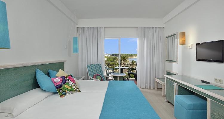 Zimmerbeispiel für das Sol Beach Hotel auf Menorca