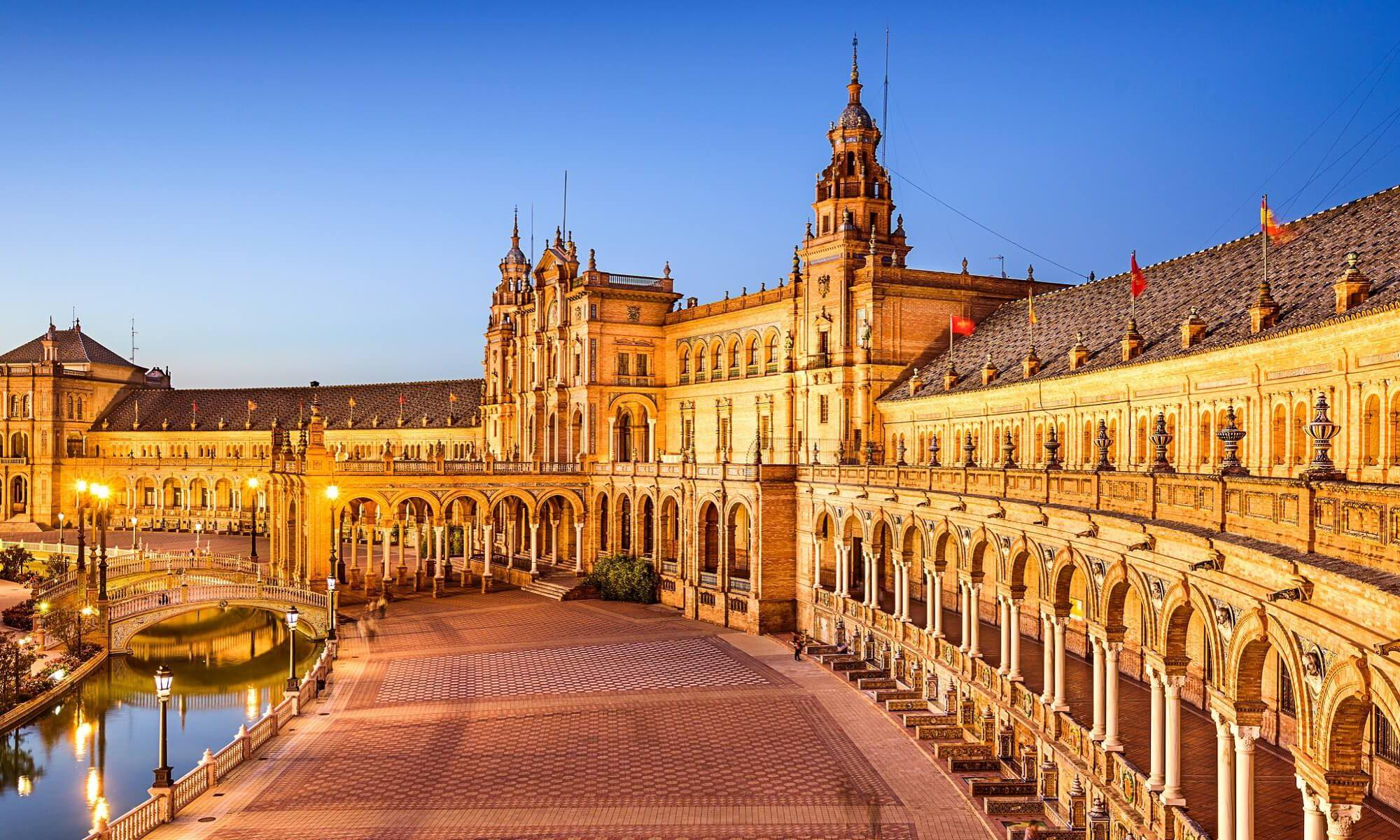 Plaze Espana in Sevilla in abendlicher Beleuchtung