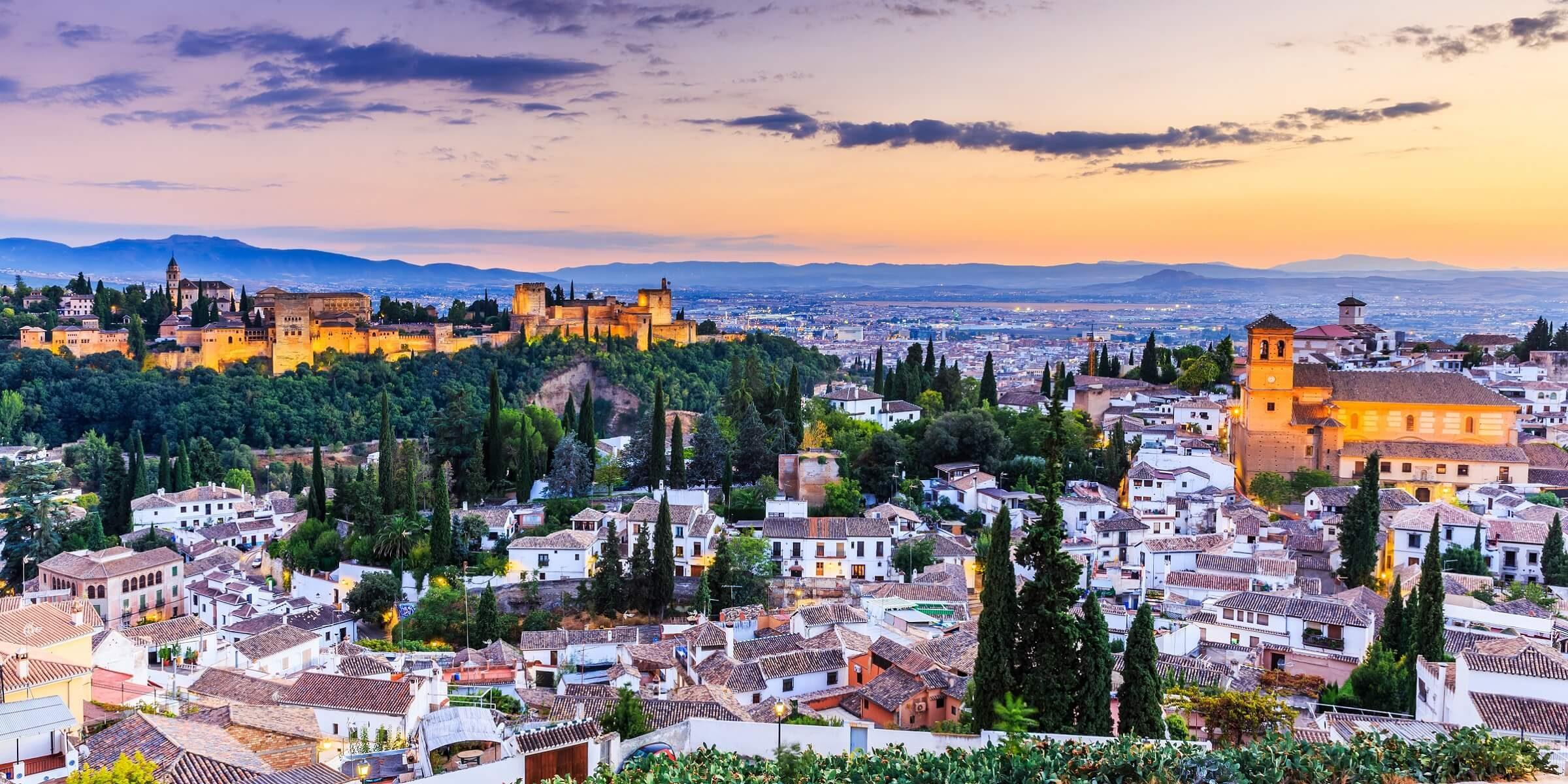 In Granada werden in BarsTapas noch kostenlos zu Getränkengereicht. Dementsprechend findet das Leben besonders ab dem Nachmittag in den Bars und auf den Straßen davor statt.
