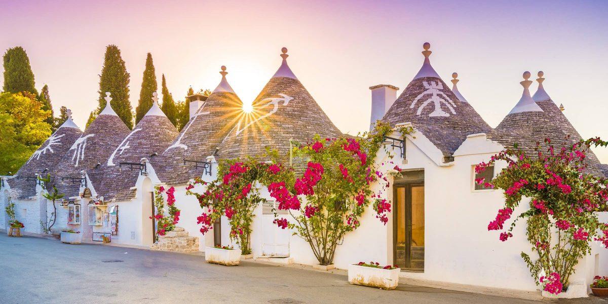 In Apulien stehen die einzigartigen Trulli-Häuser mit ihren Kegeldächern