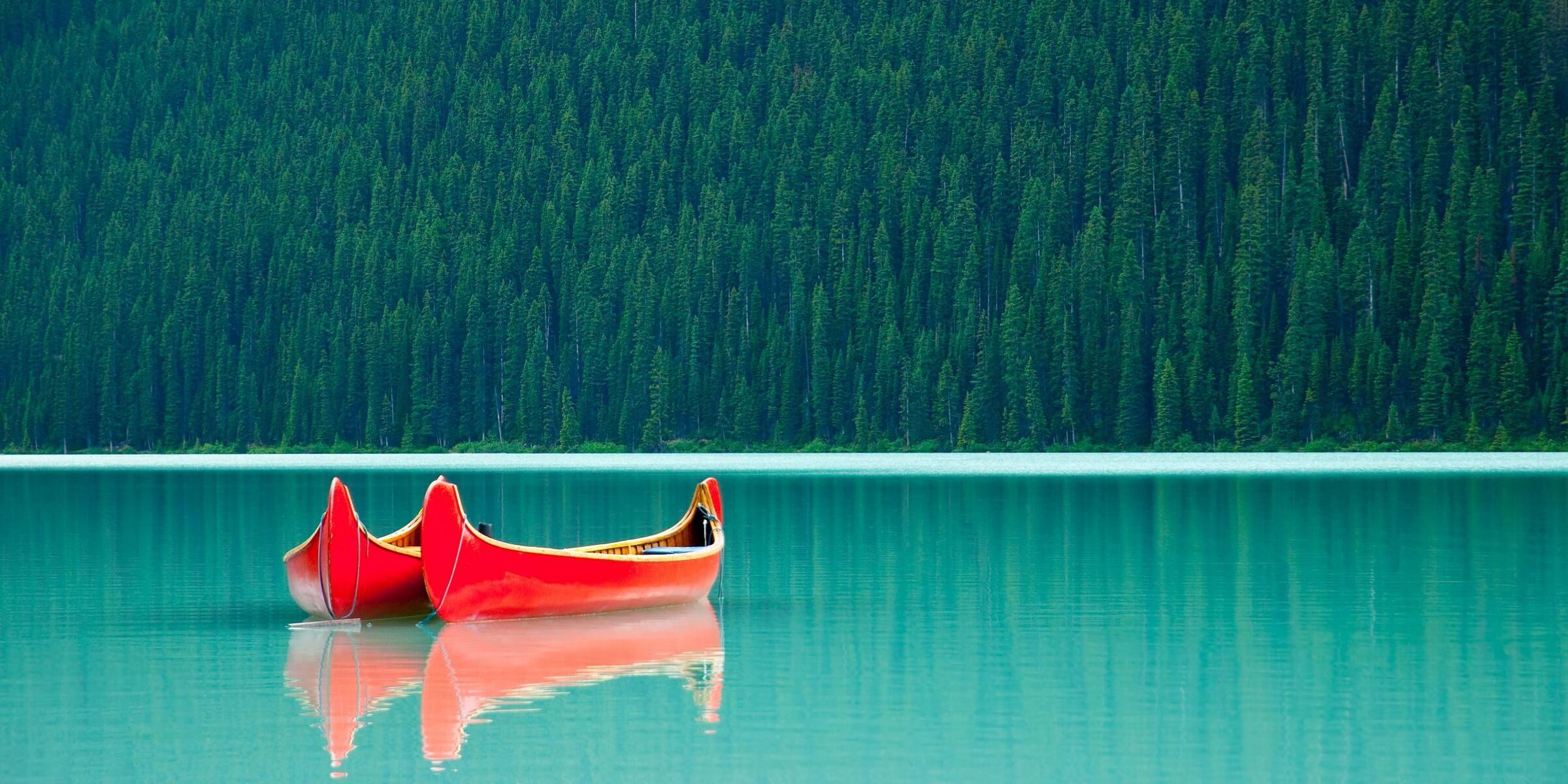 Zwei kleine Boote auf dem smaragdblauen Lake Louise in Kanada
