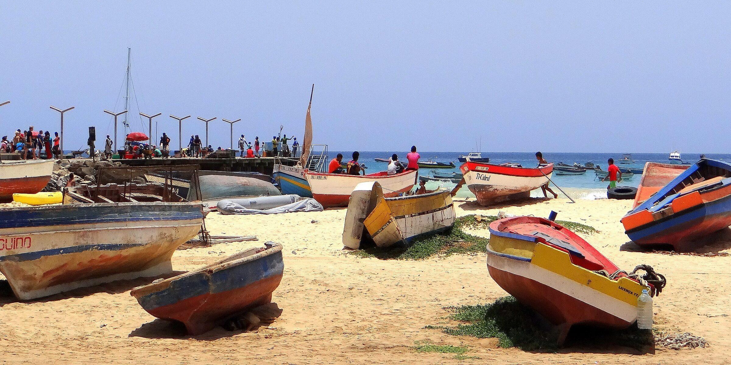 Fischerboote am Strand von Kapverden