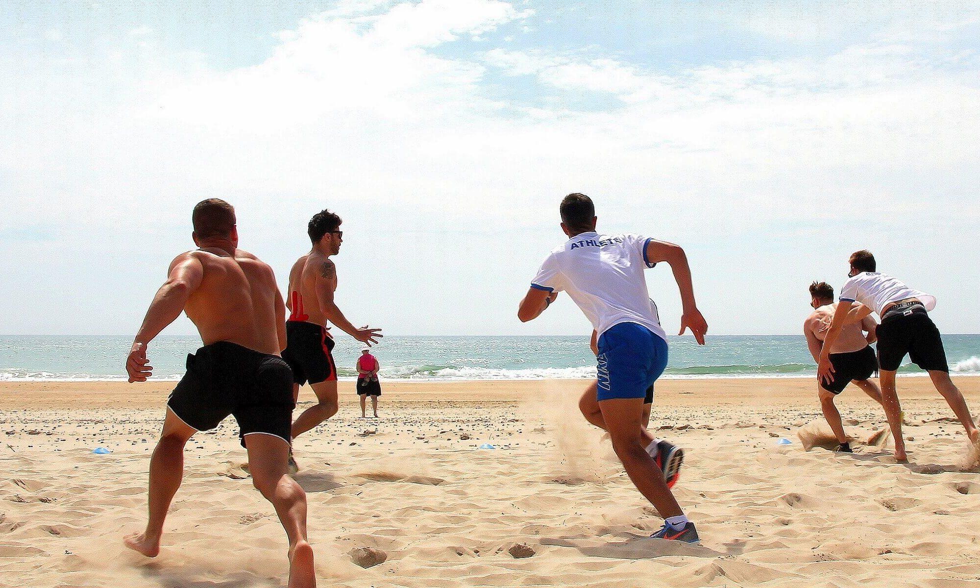 Auch in der Freizeit wird sich bewegt, kleine Runde Fußball am Strand
