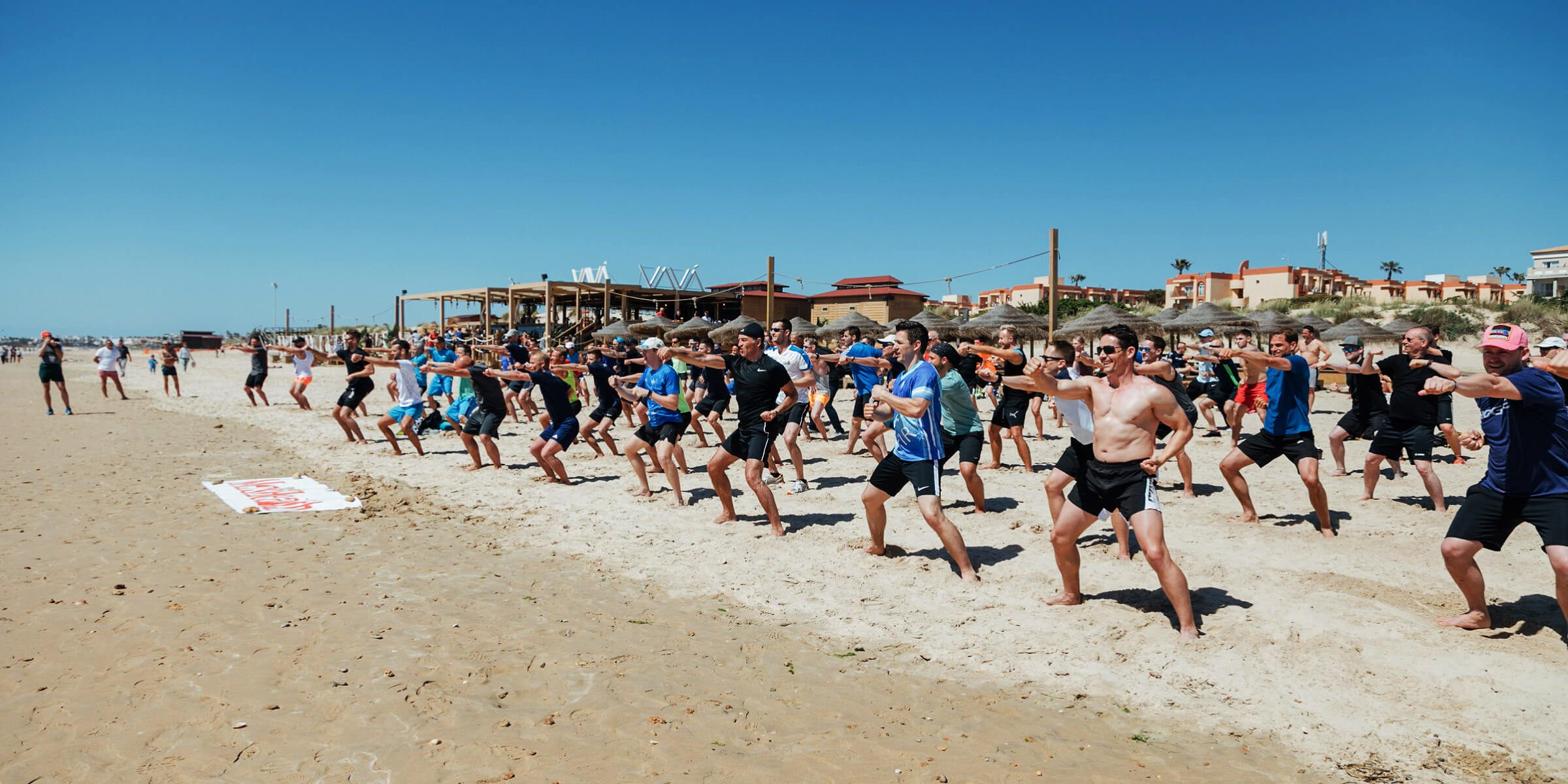Die Kampftechnik wird in der Gruppe am nahe gelegenen Strand im Men´s-Health-Camp trainiert