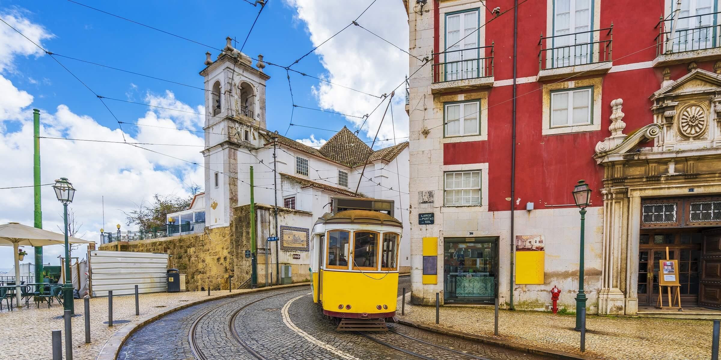 Mit der Straßenbahn in der Freizeit während Ihrem Single Urlaub Lissabon erkunden