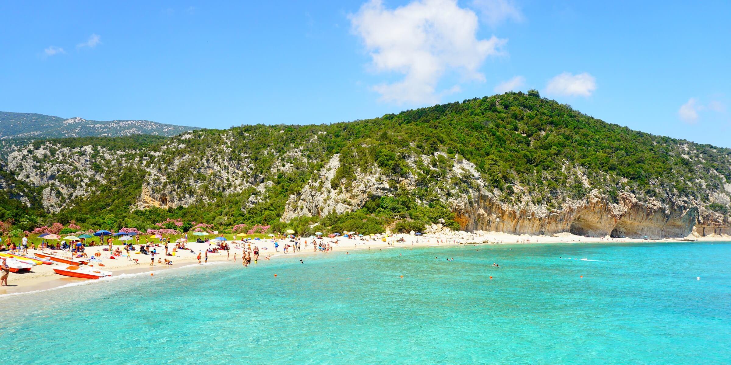 In den Badebuchten von Sardinien können Sie entspannen und das Erlebte Revue passieren lassen