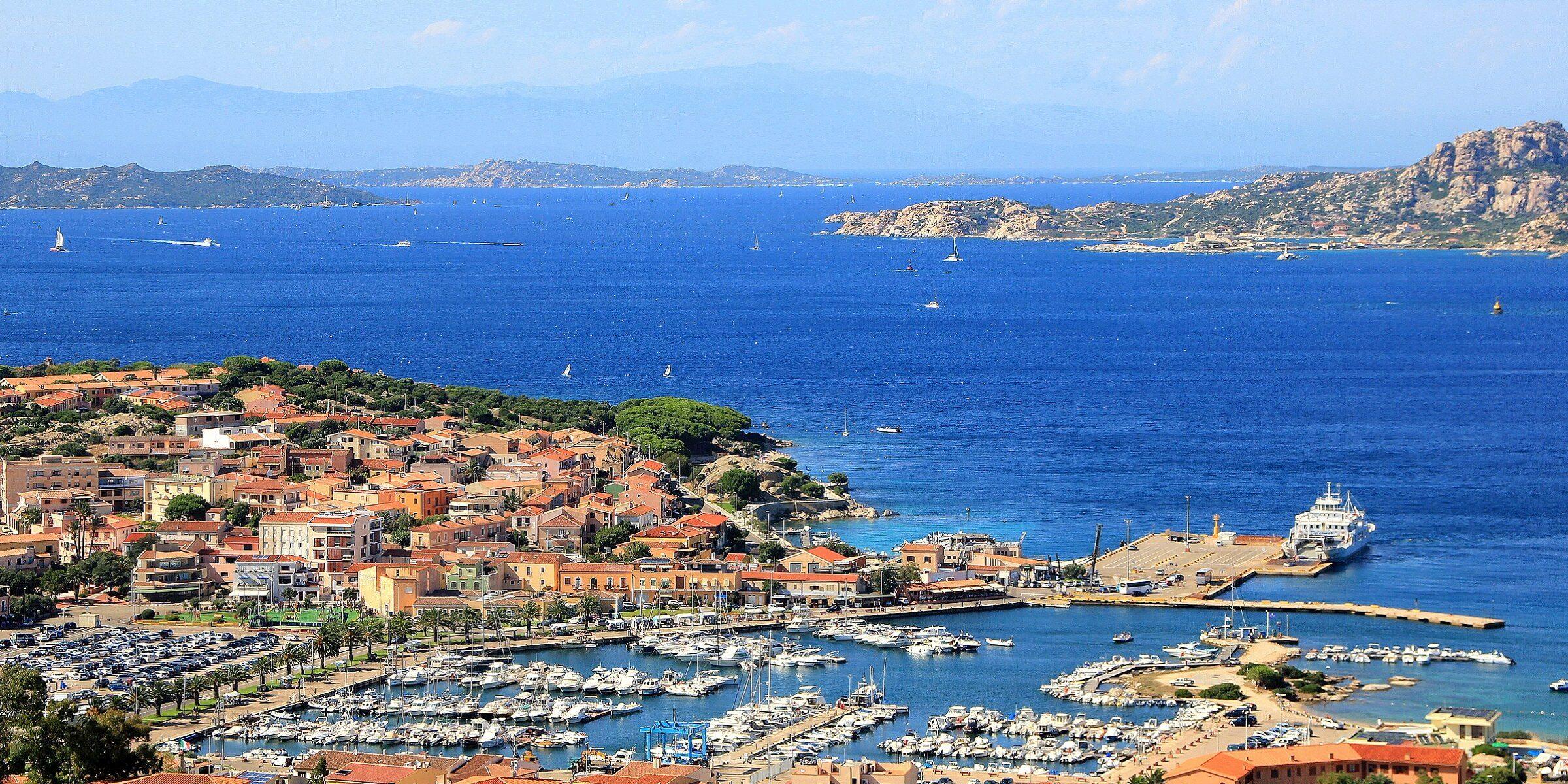 Der Hafen von Palau auf Sardinien
