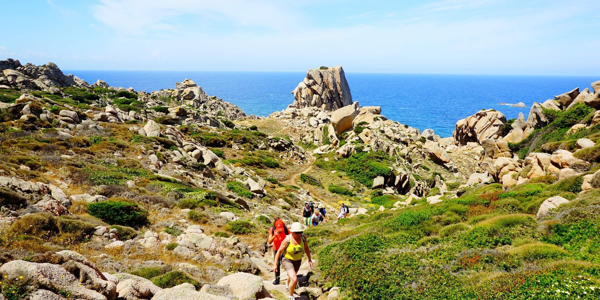 Auf Sardinien wandern Sie gemeinsam mit den anderen Singles an der Küste entlang