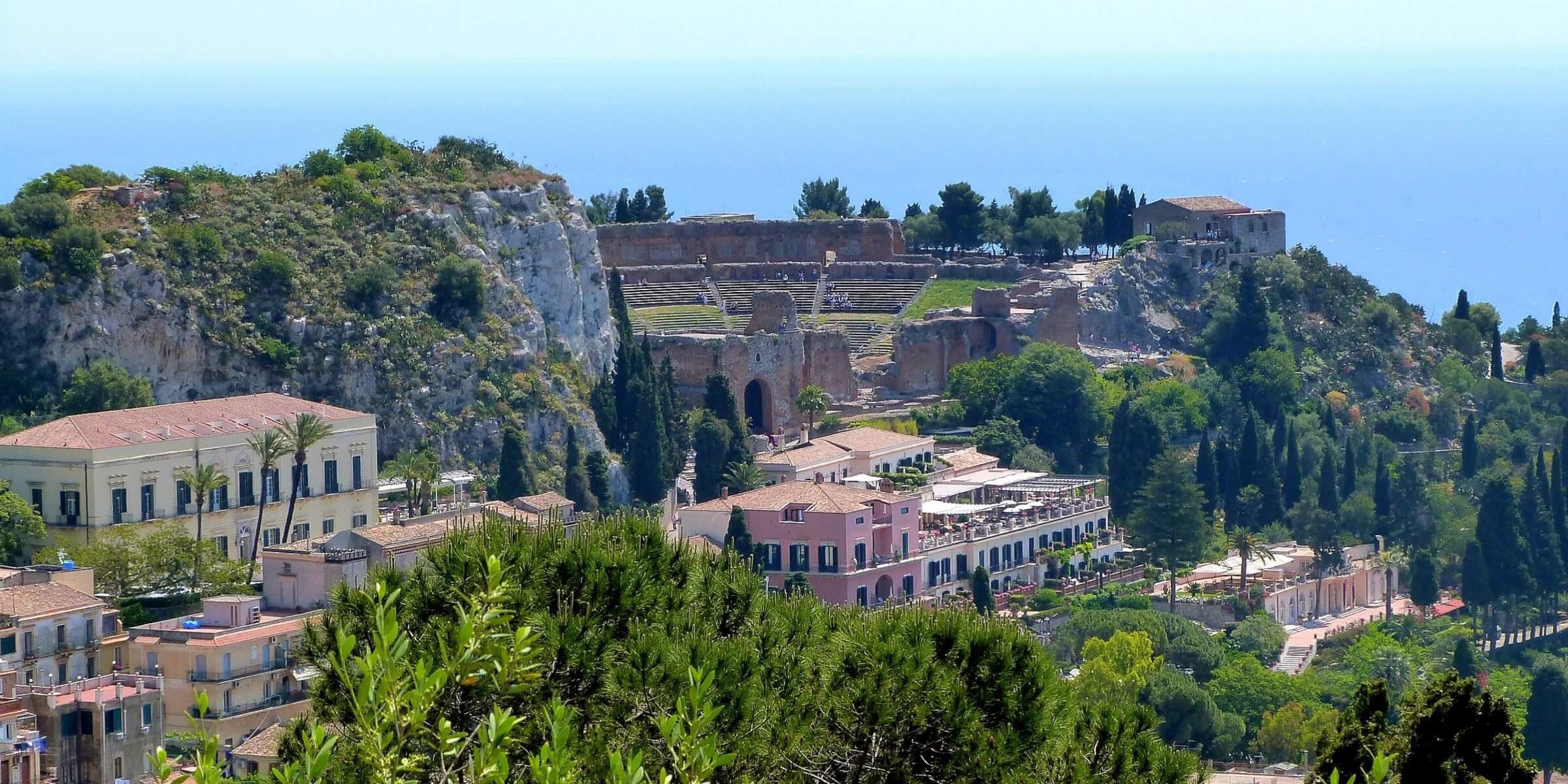 Der Blick vom Castelmola auf Taomina in Sizilien