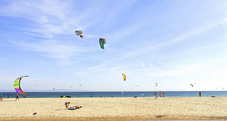 Kitesurfer an den kilometerlangen weißen Stränden in Andalusien