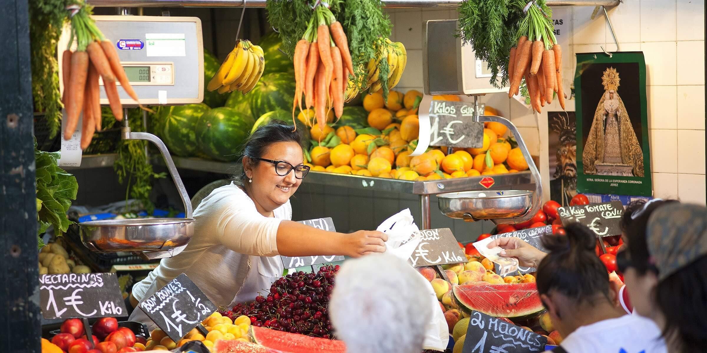 An jeder Ecke gibt es kleine Märkte bei denen man frisches Obst und Gemüse kaufen kann.