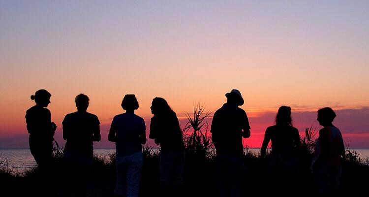 Singels bei Abenddämmerung am Strand in Andalusien