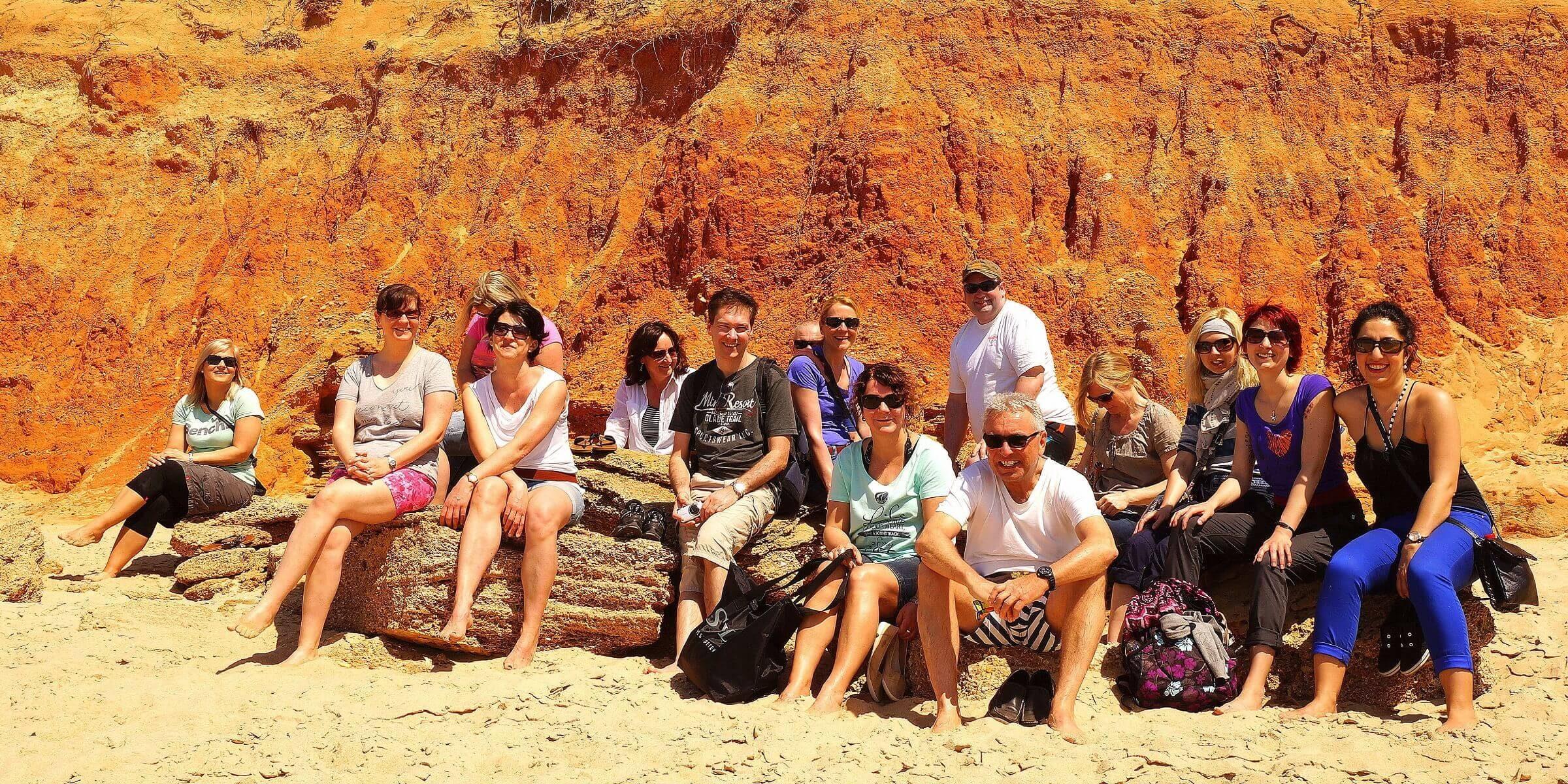 Die Singlereisen-Gruppe in Andalusien am Strand.