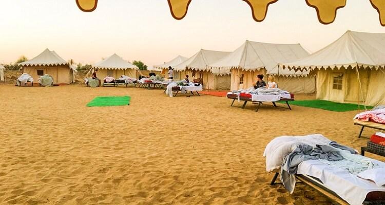 Auf Ihrer Single-Rundreise durch Indien übernachten Sie auch unter freiem Himmel im Camp