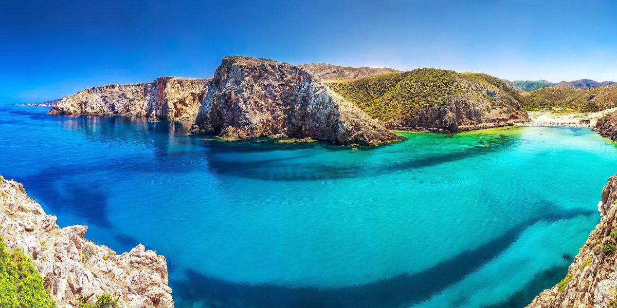 Türkis blaues Wasser wohin das Auge in Sardinien nur reichen mag