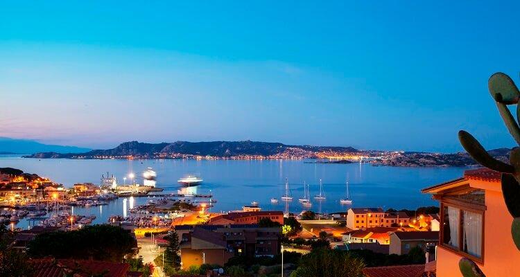 Der Hafen von Palau auf Sardinien am Abend