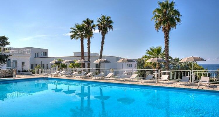 Schöne Pool Anlage am Grand Hotel in Apulien